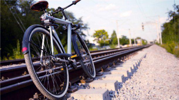 Bicicleta antigua en vias del tren
