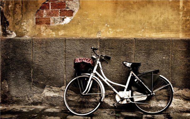 Bicicleta antigua en barrio