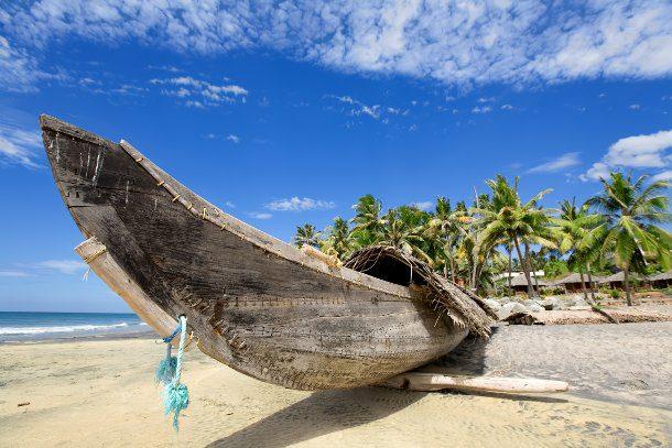 barco a la orilla de la playa