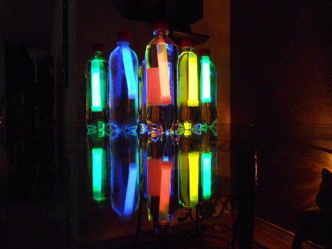 botellas flourescentes para iluminar el campamento