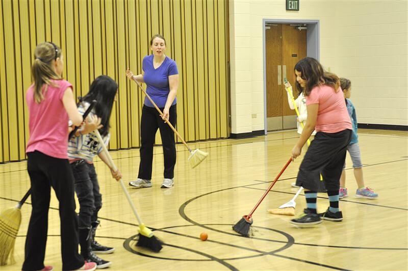 Partido de hockey con escobas - Actividades para jóvenes cristianos
